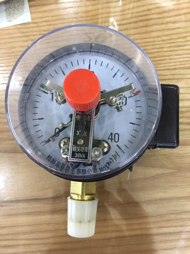 Đồng hồ đo áp suất 3 kim có tiếp điểm điện Trung Quốc