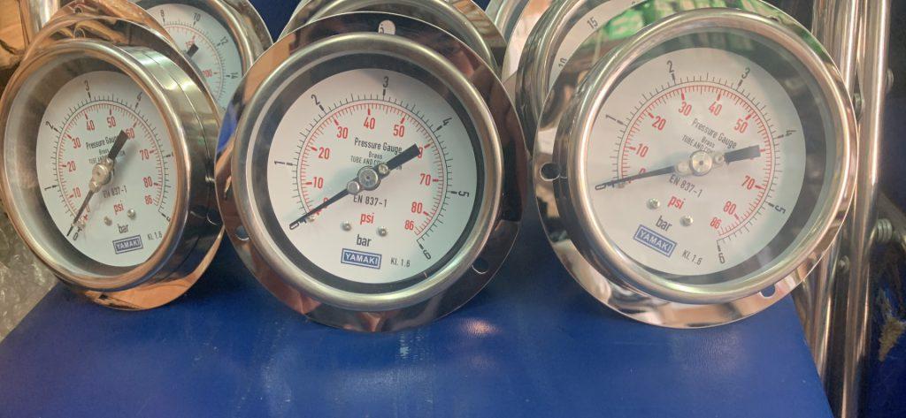 Đồng hồ áp suất Yamaki chân sau có vành mặt 100 0-6 bar