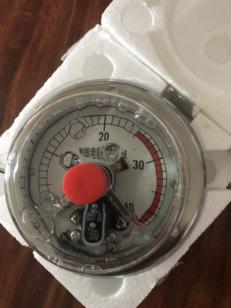 Đồng hồ áp suất chân sau có vành 40 bar